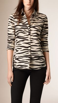 Burberry women's shirts and tops refined through pattern and proportion, in silk and cotton. Animal Print Fashion, Fashion Prints, Blouse Styles, Blouse Designs, Moda Chic, Looks Plus Size, Looks Chic, Fashion Line, Short Tops