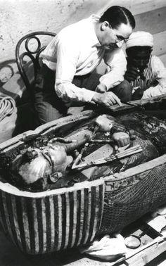 Howard Carter Tutankamon'un lahitini açıyor. 1924