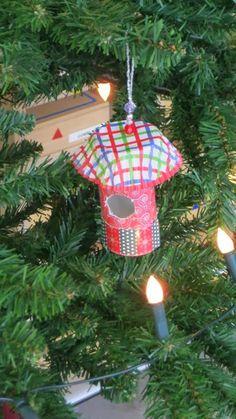 Wc rol met een cupcakevormpje en wat kraaltjes eraan als kerstboomversiering.