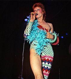 David Bowie as Ziggy Stardust on stage Photo by ? Costume by Kansai Yamamoto 1973 Rock Chic, Rock Style, 70s Style, Bowie Ziggy Stardust, David Bowie Ziggy, Glam Rock Fashion, Punk Fashion, Lolita Fashion, Fashion Boots