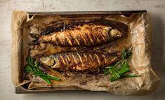 Saat kalasta herkullisen ja mehevän, kun paistat sen kokonaisena. Kannattaa kokeilla. Seafood, Steak, Pork, Food And Drink, Fish, Cooking, Inspiration, Sea Food, Kale Stir Fry