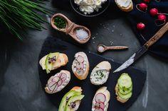 Ak hľadáte recept na rýchle obložené chlebíčky alias jednohubky zo zopár ingrediencií, vyskúšajte tento. Je hotový raz dva aby ste si mohli vychutnať oslavu