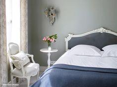 Chambre romantique ne rime pas forcément avec la couleur rose ! http://www.webencheres.com/materiels-occasions-38320/mobilier/mobilier-interieur/fauteuils-canapes/lot-de-5-chaises-cabriolet-medaillon