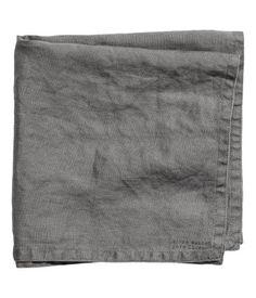 Grau. PREMIUM QUALITÄT. Serviette aus gewaschenem Leinen mit Stempeldruck und doppelten Steppnähten. Durch Trocknen im Wäschetrockner bleibt die Weichheit