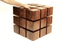 futuristischer Couchtisch aus schwebenden Holzelementen
