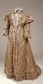1890-1920..The dress in silk taffeta is characteristic of 1890s evening gowns with elaborate ornamentation and crew. The dress is purchased in Goldschmidt's Magazine on Amagertorv in Copenhagen and has belonged to Anna Hechscher (d. 1917).