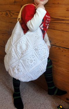 With hand and heart and a lot of imagination, a dream in white # Filet Crochet, Crochet Granny, Knit Crochet, Sac Granny Square, Crochet Beach Bags, Crochet Patron, Crochet Purses, Crochet Fashion, Crochet Crafts