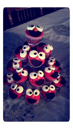 Elmo cupcakes made with oreo cookies for the mouth, marshmallows for the eyes and orange M&M's for the nose . Super cute !
