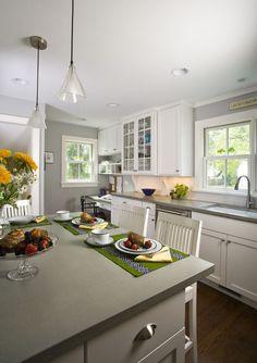 Серая кухня в интерьере: 75+ избранных классических и современных дизайнерских решений http://happymodern.ru/seraya-kuxnya-v-interere-foto/ Светло-серый и белый в оформлении кухни. Темный деревянный пол и декоративные аксессуары – акценты. Плюс интерьера – визуальное увеличение пространства