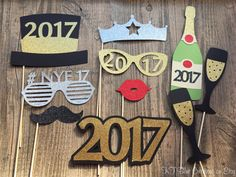 Welcome to KT Blue Creations! Please be sure to check my SHOP ANNOUNCEMENT for current production times & notifications. Want to bring the NEW YEAR in with a Sparkle? These HEAVY DUTY glittering New Years Eve Photo Props are sure to do the trick! Each prop shines, glitters &