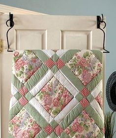 Free Easy Quilt Block Patterns......Love the colors! Quilt Tutorials, Block Quilt, Quilt Blocks Easy, Patch Quilt, Easy Quilt Patterns Free, Patchwork Quilt Patterns, Quilt Racks, Quilt Hangers, Door Hangers