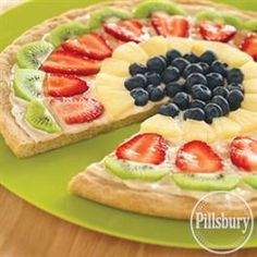 Fruit Basket Mini Sugar Cookie Pizzas - A delicious lime flavored cream cheese frosting brings out the bright flavors of the fresh fruit. They look yummy! Just Desserts, Delicious Desserts, Yummy Food, Sugar Cookie Pizza, Sugar Cookies, Christmas Friends, Flavored Cream Cheeses, Cookie Recipes, Dessert Recipes