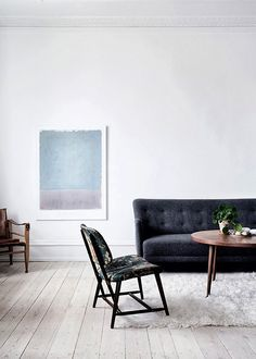 Minimalist to the extreme for my taste, but I love the little chair. The few pieces of furniture give this room character.