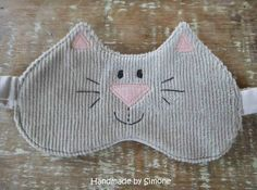 Handmade by Simone: Máscara para dormir de gatinho Sewing Tutorials, Sewing Projects, Sewing Patterns, Crochet Crafts, Fabric Crafts, Knit Crochet, Hobby L, Crafts To Sell, Diy And Crafts