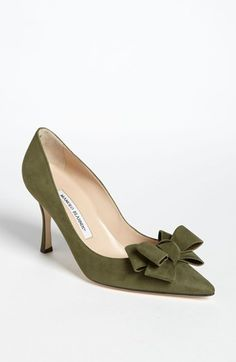 Head over Heels - Khaki green suede pump with bow - Manolo blahnik. Pretty Shoes, Beautiful Shoes, Cute Shoes, Me Too Shoes, Shoe Boots, Shoes Sandals, Flat Shoes, Women's Shoes, Manolo Blahnik Heels