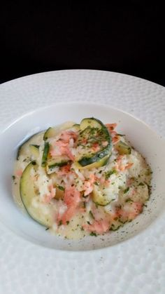 The smoked salmon and zucchini risotto is a delicious, very creamy dish, simple and very quick to make. Surimi Recipes, Endive Recipes, Jucing Recipes, Diet Recipes, Healthy Recipes, Cream Recipes, Shrimp Risotto, Mackerel Recipes, Tagine Recipes