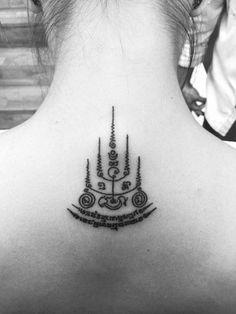 Sak Yant style tattoo on the upper back. Tattoo artist: Matthieu… Sak Yant style tattoo on the upper back. Thai Tattoo, Simbolos Tattoo, Yantra Tattoo, Khmer Tattoo, Tattoo Son, Sak Yant Tattoo, Piercing Tattoo, Tattoo Maori, Ear Piercings