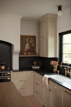 Home Decor Kitchen, Kitchen Interior, New Kitchen, Kitchen Design, Black Kitchens, Home Kitchens, Beige Kitchen Cabinets, Kitchen With Black Countertops, Interior Exterior
