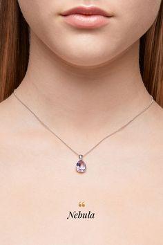 Vraví sa, že ametyst symbolizuje pevnú a pravú lásku. Spoznáte ho na prvý pohľad, vďaka špecifickej, nezameniteľnej fialovej farbe. Je odrodou kremeňa, rovnako ako ruženín či záhneda a jeho pomerne jednoduchá dostupnosť a tiež odolnosť oslovujú všetky milovníčky šperkov s veľkými kameňmi mimoriadne priaznivou cenou. My sme ho osadili do bieleho zlata, ktoré krásu ametystu decentne podtrhlo, pokrstili sme ho Nebula a jeden z našich najobľúbenejších modelov bol na svete. Amethyst Pendant, Arrow Necklace, Pendants, Gemstones, Diamond, Color, Jewelry, Jewlery, Gems