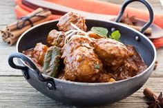 Here are our 10 best Indian chicken curry recipes that are sure to impress and wow your guests, from spicy Malvani curry to chicken tikka masala. Poulet Vindaloo, Chicken Vindaloo, Best Indian Chicken Recipe, Indian Food Recipes, Chicken Gravy, Butter Chicken, Chicken Chili, Creamy Chicken, Fried Chicken