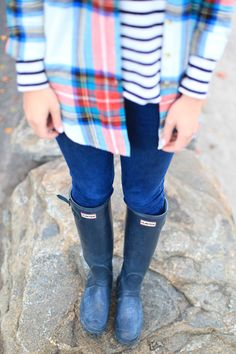Plaid shirt over striped tee, skinny jeans and Hunter boots Warm Outfits, Fall Winter Outfits, Autumn Winter Fashion, Cool Outfits, Winter Style, Hunter Outfit, Hunter Boots, Preppy Style, My Style