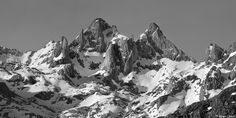 Foto: Alberto Lastra. El Torrecerredo y el Pico de los Cabrones Macizo central, Picos de Europa Mount Everest, Nature, Travel, Mountain Photography, Mountain Range, Woods, Black And White, Fotografia, Photos