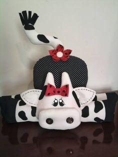 Peso de Porta de vaca, confeccionado em tecido 100% algodão e algodão cru.  Cor à escolha do cliente. Felt Crafts, Diy And Crafts, Crafts For Kids, Arts And Crafts, Cow Craft, Sewing Crafts, Sewing Projects, Fabric Toys, Christmas Wood