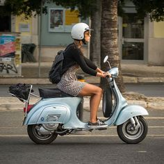 Girl on a Smallframe Vespa - magnifico