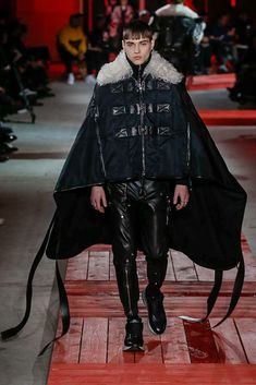The complete Alexander McQueen Fall 2018 Menswear fashion show now on Vogue Runway. Trendy Mens Fashion, Urban Fashion, Mode Masculine Fashion, Alexander Mcqueen 2018, Dolly Fashion, Style Casual, Raining Men, Fashion Seasons, Runway Fashion
