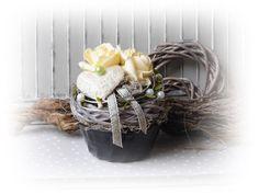**Wir bieten Ihnen eine tolle Wohndeko zum Kauf an.**  _- Dekoriert ist es in einer Bachform mit künstlichen Rosen, Weidekranz, Mooskranz, Perlen, Sisal, Sisalherz, Draht, Dschungselgras,...