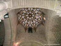 Catedral de Santa María del Romeral de Monzón, Huesca. Fue construida entre finales del siglo XII y principios del siglo XIII, sobre una iglesia anterior, consagrada en 1098. A lo largo de la Edad Media acogió en varias ocasiones a las cortes del reino y de la corona de Aragón. Durante el siglo XVII se llevarón a cabo una serie de actuaciones en el templo, perdiéndose el claustro románico y construyéndose la cripta y el campanario actuales, en estilos barroco y mudéjar.