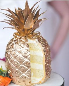 So I know summer is coming to an end, but I OMG I am OBSESSED with this #GoldPineapple cake!!! I need this! Cake by @adorncakes