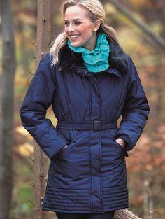 Jakke warmbeauty ♥ Pen & trendy jakke med tilhørende belte. Jakken har en pen fuske-pels krage. Jakken er godt foret. Med solid glidelås.