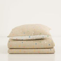 MULTICOLOURED STARS-PRINT QUILT AND CUSHION COVER
