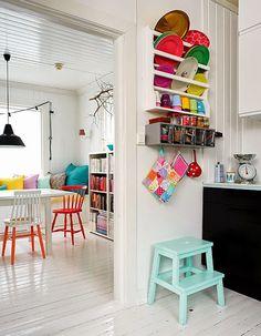La couleur s'éparpille de la cuisine à la salle à manger.