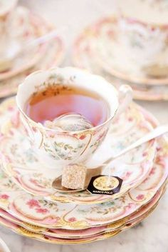 Apparecchiare la tavola per colazione - Tazzine dal sapore romantico