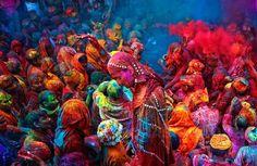 Comme la tradition indienne l'exige, une fête des couleurs a lieu chaque année pour célébrer l'arrivée du printemps en Inde. Cette année, elle s'est déroulée le 17 mars durant deux jours au cours de la dernière pleine lune du mois. Elle consiste à se jeter des poudres de couleurs vives au visage et sur les vêtements blancs (telle est la coutume).