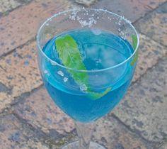 O Drink Lagoa Azul sem álcool é perfeito para festas infantis. Confira duas formas de preparo, com e sem refrigerante.