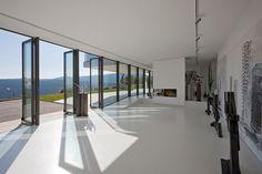 El estudio de un artista, el espacio de la galería y el jardín de esculturas están diseñados para aprovechar al máximo las vistas de la montaña.