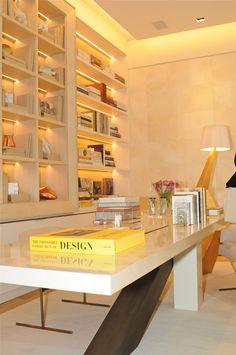 Casa Cor 30 anos   Almoço de sexta - ambiente do arquiteto Roberto Migotto, com tons claros, muita iluminação com fitas de led embutidas na estante, mesa de design e marchetaria. Usa tons de bege, dourado, madeira clara e rosa.