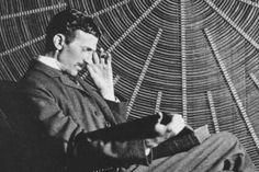 Nikola+Tesla+az+elektromosság+megszállottja+volt,+aki+életének+86+éve+alatt+több+mint+300+találmányát+szabadalmaztatta.+Ezek+a+találmányok+segítettek+a+váltóáram,+az+elektromos+motorok,+a+rádió,+a+fluoreszkáló+fények,+a+lézer,+a+távvezérlő+tökéletesítésében.+Voltak+különös+elképzelései+is,+pl.+a…