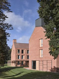 Image 11 of 27 from gallery of Dancy House, Marlborough College / Allies and Morrison. Photograph by Nick Guttridge Marlborough College, Boarding House, Best Build, Building Exterior, Brick And Stone, House Extensions, Brickwork, Modern House Design, New Homes