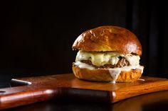 Cuidado para não babar: barriga de porco, galetos, cauda de lagosta, costela de tambaqui, hambúrguer black Angus com queijo canastra e cebola caramelizada, além de uma opção de lanche com ricota cremosa e molho de Jack Daniel's.