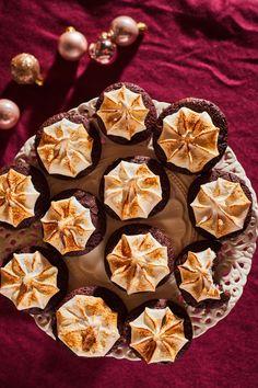 Fűszeres, habcsókos csokis keksz - a tökéletes karácsonyi süti | Street Kitchen Christmas Sweets, Muffin, Food And Drink, Pie, Cookies, Meat, Baking, Breakfast, Recipes