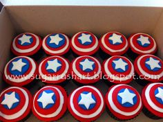 Captain America makes an appearance at a boy birthday party with cupcakes… Cupcakes Capitan America, Captain America Cupcakes, Captain America Birthday Cake, Captain America Party, Marvel Cupcakes, Avenger Cupcakes, Capt America, Avengers Birthday, Superhero Birthday Party