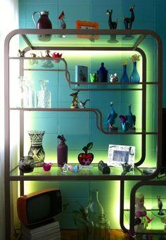 Detalhe da nossa estante anos 50 com fita de LED! #decor