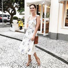 Último look do #tourddb parte 4! Rio foi demaissss ✨✨✨ de vestido lindo @mariafilo e vespa amarela cenográfica de fundo 💛