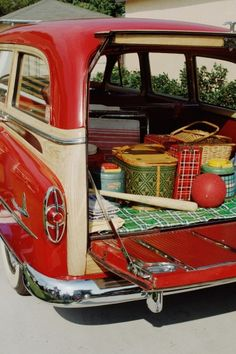"""Retro Vintage Vintage camping gear is a fun summer trend for home decor :) Bring on the smores! - Vintage camping, summer camp and sports are a HOT decorating trend right now! Here are 10 great vintage style camp ideas to """"fire"""" up your home decor. Cars Vintage, Photo Vintage, Vintage Love, Retro Vintage, Vintage Style, Retro Ads, Vintage Inspired, Camping Vintage, Vintage Picnic"""