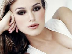hazel eyes, close up of keira knightley, leaning on one arm, white top and brown hair, natural lipstick and smokey eye make up Bridal Makeup For Fair Skin, Bridal Makeup Tips, Fair Skin Makeup, Wedding Makeup For Brunettes, Summer Eye Makeup, Best Wedding Makeup, Winter Makeup, Make Up Looks, Looks Cool