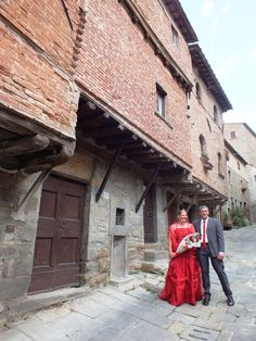 Cortona, wedding couple in via Jannelli and its quaint medieval houses